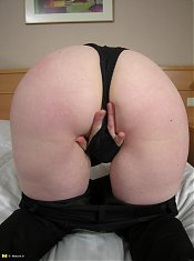 Mature slut playing and cumming on her bed