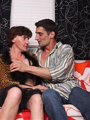 Dirty granny Stephanie gets her face jizzed after giving her hottie a sexy oral live